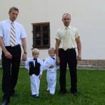 su krikštatėviais prie bažnyčios